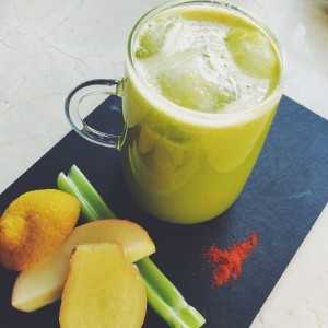 Green juice with ginger and cayenne