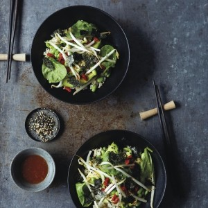Sushi-style spinach and beansprout bowl with ginger dressing