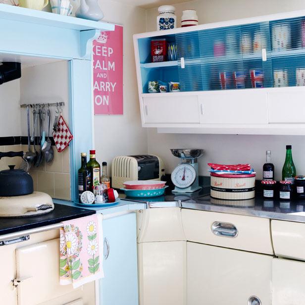 Modern retro kitchens interior redonline red online for Retro modern kitchen ideas