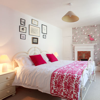 Bedroom wallpaper decorating ideas red online for Red bedroom wallpaper